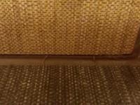 Hnědý tenký červ v koupelně
